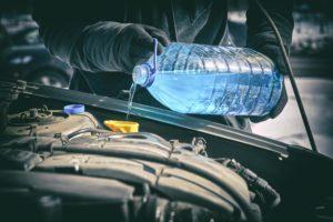 Opération de maintenance sur véhicule rajout de liquide de refroidissement