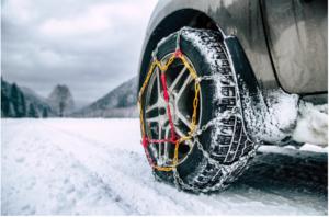 Chaîne à neige sur pneu hiver, route enneigée